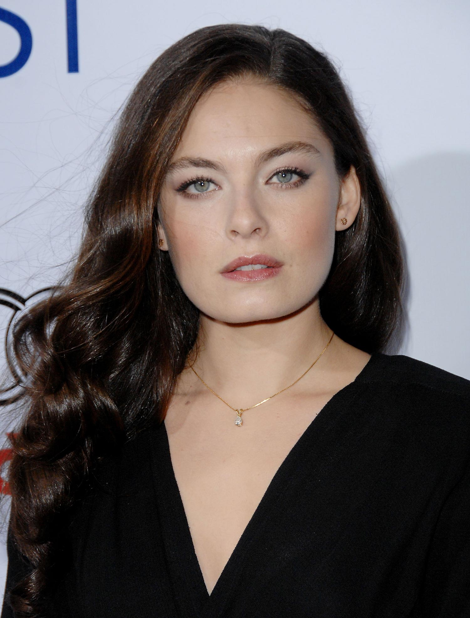 The 34-year old daughter of father Jeff Dunas and mother Elyssa Davalos, 170 cm tall Alexa Davalos in 2017 photo