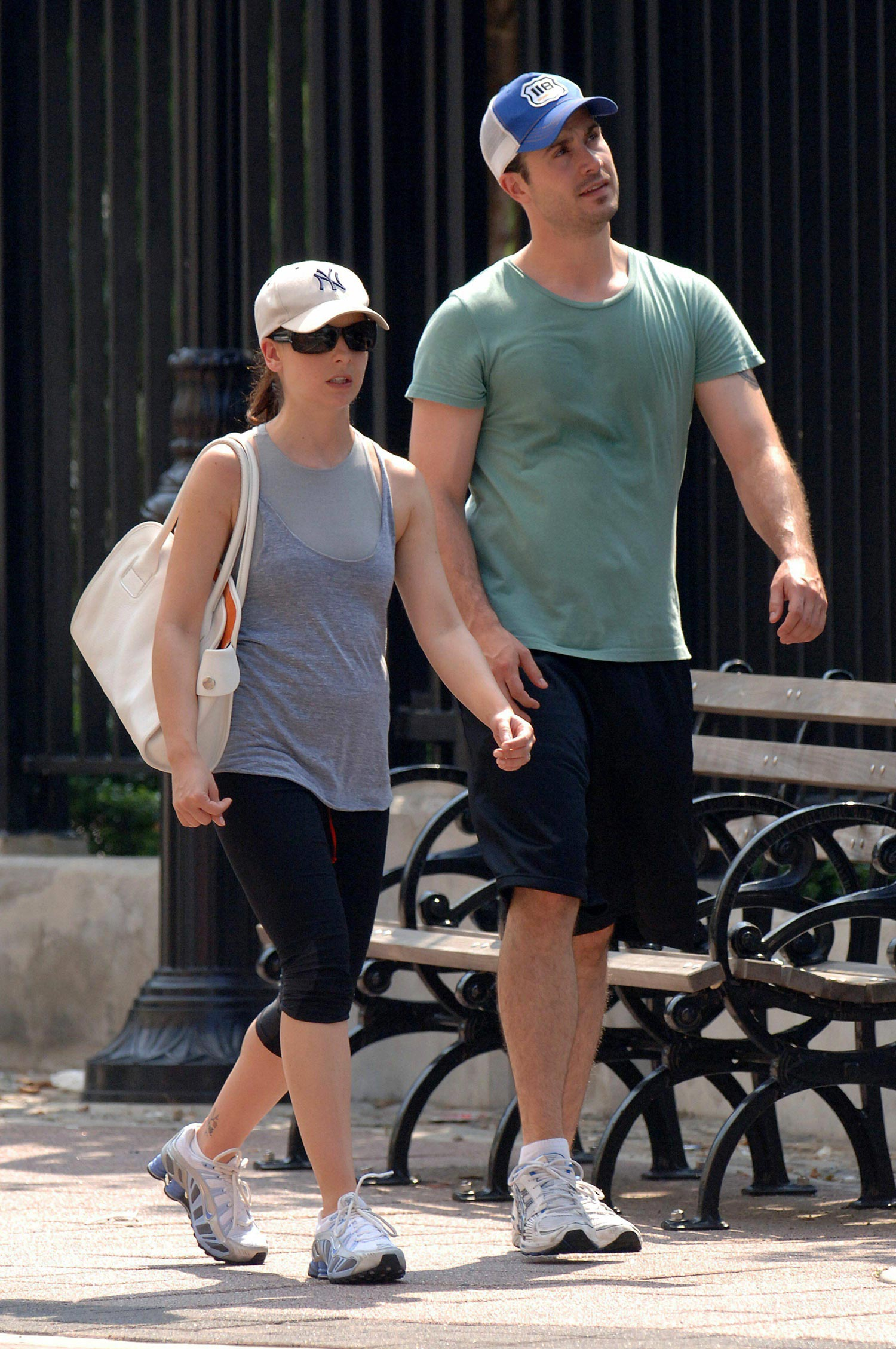 IMG/jpg/sarah-michelle-gellar-freddie-prinze-junior-soho-walking-hq-04-1500. (...)